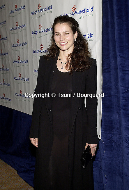 Julie Ormond arriving at the first Annual  Adopt - A - Minefield Gala at the Regent Beverly in Los Angeles  June 14, 2001   © Tsuni          -            OrmondJulie01.jpg