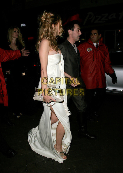 "HEATHER GRAHAM & ALAN CUMMING.UK Premiere of ""Elizabeth - The Golden Age"" at the Odeon Leicester Square, London, England, October 23rd 2007..full length white cream strapless dress side profile bag holding hands.CAP/AH.©Adam Houghton/Capital Pictures."