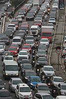 SÃO PAULO,SP, 06.11.2015 - TRÂNSITO-SP - Trânsito intenso de veículos no Viaduto Júlio de Mesquita Filho, sentido leste/oeste, no bairro da Bela Vista, região central de São Paulo, na tarde desta sexta-feira, 6. (Foto: William Volcov/Brazil Photo Press)