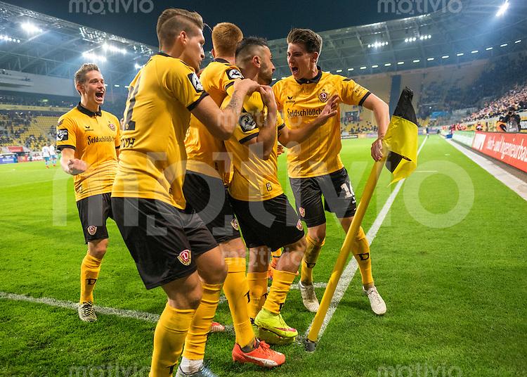 FUER SZ FREI, PAUSCHALE GEZAHLT!!!<br /> Fu&szlig;ball, Sachsen - Pokal, Saison 2015/2016, Achtelfinale, SG Dynamo Dresden - Chemnitzer FC (CFC), Freitag (09.10.2015), Stadion Dresden.<br /> Dresdens Aias Aosman (2.v.re.) jubelt nach seinem Tor zum 2:1 mit v.l. Jannik M&uuml;ller, Robert Andrich, Mathias Fetsch.<br /> Foto: Robert Michael / www.robertmichaelphoto.de