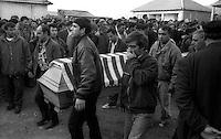 Kosovo  Novembre 2000.Pe? (in albanese Pejë / Peja; in serbo Pe?).Il funerale di quattro rom Askalia uccisi al rientro delle loro case provenienti dai campi profughi da uomini di entia albanese.