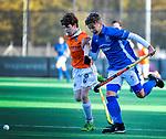 BLOEMENDAAL  - Hugo van Beijma thoe Kingma (Bldaal) met Mats Gruter (Kampong) , competitiewedstrijd junioren  landelijk  Bloemendaal JB1-Kampong JB1 (4-3) . COPYRIGHT KOEN SUYK
