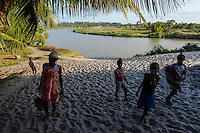 MADAGASCAR, Mananjary, canal des Pangalanes, village AMBOHITSARA, tribe ANTAMBAHOAKA, fady or taboo, according to the rules of their ancestors twin children are a taboo and not accepted in the society / MADAGASKAR, Mananjary, Dorf AMBOHITSARA, Zwillinge sind nach dem Ahnenkult ein Fady oder Tabu beim Stamm der ANTAMBAHOAKA
