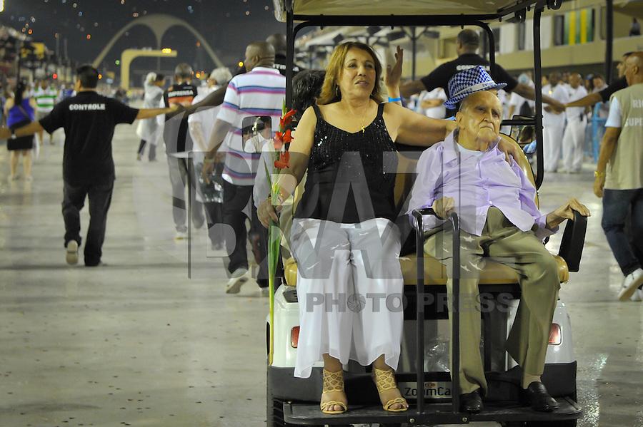 RIO DE JANEIRO, RJ, 12 DE FEVEREIRO DE 2012 - CARNAVAL RIO 2012 -  Oscar Niemeyer, durante desfile da Escola de Samba Beija-Flor de Nilópolis, realizando o último ensaio técnico de luz e som do novo Sambódromo do Rio, que também será utilizado nos Jogos Olímpicos, e que após reformas recebeu o traçado original projetado por ele há quase 30 anos. <br /> FOTO GLAICON EMRICH - NEWS FREE.