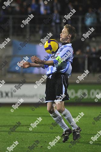 2010-10-16 / voetbal / seizoen 2010-2011 / Verbroedering Geel Meerhout - K. Racing Waregem / Bardt Vanhees controleert de bal met de borst