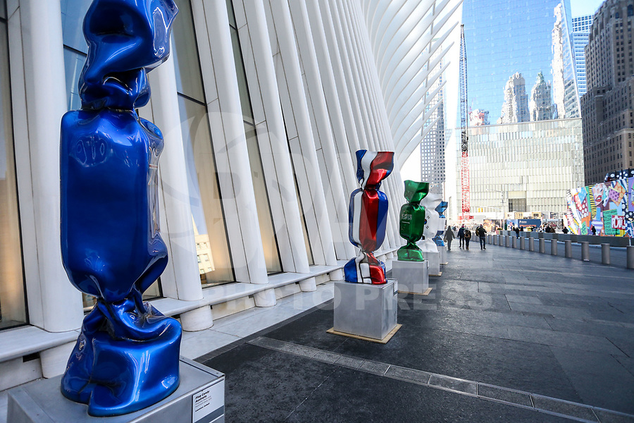 """NOVA YORK,EUA, 19.01.2019 - EXPOSIÇÃO-EUA - Escultura com as bandeiras de várias nações; parte de uma exposição chamada """"Candy Nations"""" é mostrada fora de Oculus; um dos prédios que substituiu o World Trade Center original em 14 de janeiro; 2019 em Nova York. - Candy Nations representando as bandeiras de cada um dos países do G20 como confeitos embalados de 9 pés de altura; tem atraído críticas por sua colocação fora do 1 World Trade Center (Foto: William Volcov/Brazil Photo Press)"""