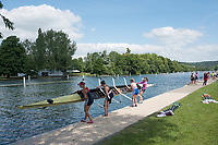 "Henley on Thames, United Kingdom, 21st June 2018, Thursday, Training day before the start of  ""Henley Women's Regatta"", [Thursday,  view, Oxford Brookes University Light Women, remove their, Quad Scull, boat from the water, Henley Reach, River Thames, England, © Peter SPURRIER/Alamy Live News"