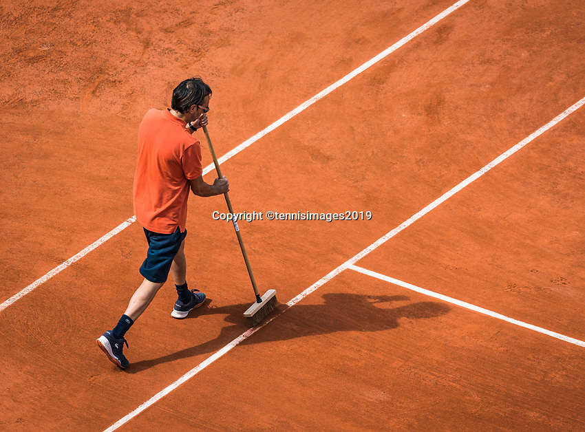 Paris, France, 27 May, 2019, Tennis, French Open, Roland Garros, court attentaat tweeping lines<br /> Photo: Henk Koster/tennisimages.com