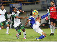 BOGOTA-COLOMBIA-3-02-2013 . Fredy Montero (Derecha) de Los Millonarios disputa el balón  con Darwin Andrade (Iazquierda) de Seguros La Equidad. Millonarios ganó tres goles a uno en el primer partido de la Liga Postobón. . Fredy Montero (right) of millionaires fights for the ball with Darwin Andrade (left) Equity Insurance. Millionaires won three goals to one in the first game of the League Postobón.(Photo / VizzorImage / Felipe Caicedo / Staff).