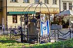 Pomnik z tablicą Fundacji Rodzinny Nissenbaum&oacute;w poświęcony pamięci zamordowanych krakowskich Żyd&oacute;w, ulica Szeroka w Krakowie.<br /> Monument with a plaque of the Nissenbaum Family Foundation dedicated to the memory of the murdered Krakow Jews, Szeroka Street in Krakow.