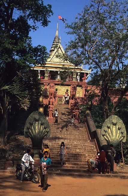Cambodge, Phnom Penh. Temple bouddhiste de Wat Phnom *** Wat Phnom Buddhist temple, Phnom Penh, Cambodia.