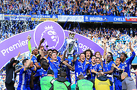 Chelsea lift the premier league trophy after the Premier League match between Chelsea and Sunderland at Stamford Bridge on May 21st 2017 in London, England. <br /> Festeggiamenti Chelsea vittoria Premier League <br /> Foto Leila Cocker/PhcImages/Panoramic/Insidefoto