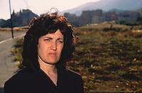 Santina Rizzo, her son was murdered in a small village Sciara near Palermo, she made a pubblic appeal through television and newspapers inviting people to collaborate finding the killers, because of that she became very unpopular among her fellow villagers.<br /> <br /> Santina Rizzo, il figlio ucciso nelle campagne di Sciara vicino Palermo, i suoi appelli pubblici per vincere il muro dell'omert&agrave; le valsero l'ostlit&agrave; dei suoi compaesani.