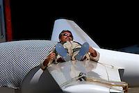 4415 / Entspannung: AFRIKA, SUEDAFRIKA, 01.01.2007:Pilot entspannt sich vor dem Start, Pilot liegt auf seiner Tragflaeche und schlaeft
