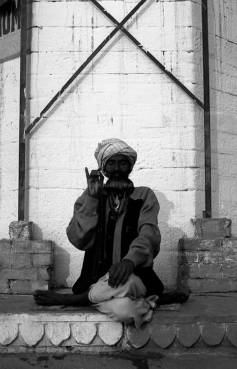 12.2010 Varanasi (Uttar Pradesh)<br /> <br /> Man practicing japa yoga.<br /> <br /> Homme pratiquant le japa yoga.