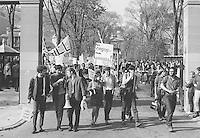 Demonstrations etudiantes.<br /> Fin des annÈes 1960.<br /> Source : Archives de l'UniversitÈ McGill, PR033827.