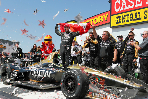 James Hinchcliffe, Schmidt Peterson Motorsports Honda celebrates in victory lane with his crew