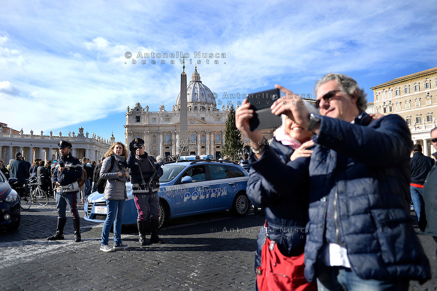 Vatican City, Vatican, November 22, 2015. Polizia Italiana in Piazza San Pietro durante l'Angelus di Papa Francesco. Il Vaticano è stato segnalato come uno dei prossimi bersagli da parte dei terroristi Islamici. Italian police  patrol St. Peter's Square on the occasion of the Pope Francis' Angelus noon prayer. Intelligence services have warned the Vatican that it could be the next target for Islamist terrorists after last week's attacks in France have prompted alarm in Rome.