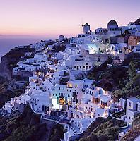 Greece, Cyclades, Santorini, Oia: View of Town at Sunset | Griechenland, Kykladen, Santorini: Ia im Norden Santorinis mit Windmuehle zur Abenddaemmerung