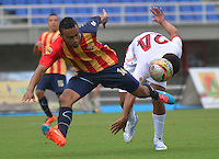 PEREIRA -COLOMBIA-07-02-2015. Oscar Rodas (Izq) jugador Aguilas Pereira disputa el balón con Alonso Acosta (Izq) jugador de Uniautonoma durante partido por la fecha 2 de la Liga Águila I 2015 jugado en el estadio Hernán Ramírez Villegas de Pereira./ Oscar Rodas (L) player of Aguilas Pereira vies for the ball with Alonso Acosta (L) player of  Uniautonoma during match for the second date of the Aguila League I 2015 played at Hernan Ramirez Villegas of Pereira city.  Photo:VizzorImage/ CONT