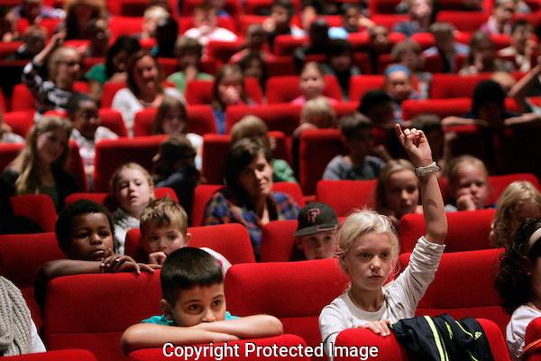 20110927 - Utrecht - Foto: Ramon Mangold - NFF 2011 - Nederlands Filmfestival - .Jeugdvoorstellingen in City Wolff. Vragen stellen aan de aanwezige acteurs.