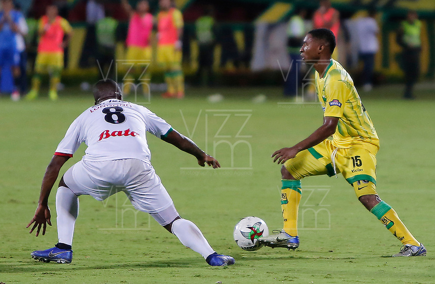 BUCARAMANGA - COLOMBIA, 16-04-2019: Luis Mena del Bucaramanga disputa el balón con Kevin Londoño de Once durante partido por la fecha 16 de la Liga Águila I 2019 entre Atlético Bucaramanga y Once Caldas jugado en el estadio Alfonso Lopez de la ciudad de Bucaramanga. / Luis Mena of Bucaramanga fights for the ball with Kevin Londoño of Once during match for the date 16 of the Liga Aguila I 2019 between Atletico Bucaramanga and Once Caldas played at the Alfonso Lopez stadium of Bucaramanga city. Photo: VizzorImage / Oscar Martinez / Cont