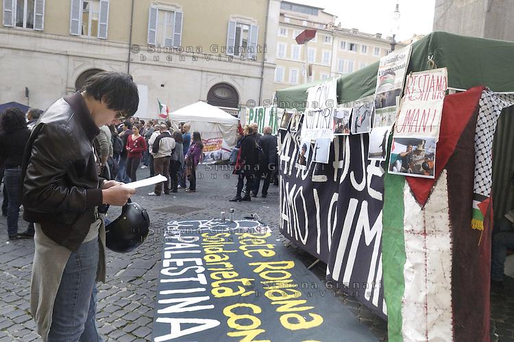 Roma,16 Aprile 2011.Piazza Montecitorio, palazzo del Parlamento.Presidio permanente della Rete Romana in solidarietà con la Palestina per ricordare Vittorio Arrigoni e contro l'occupazione israeliana