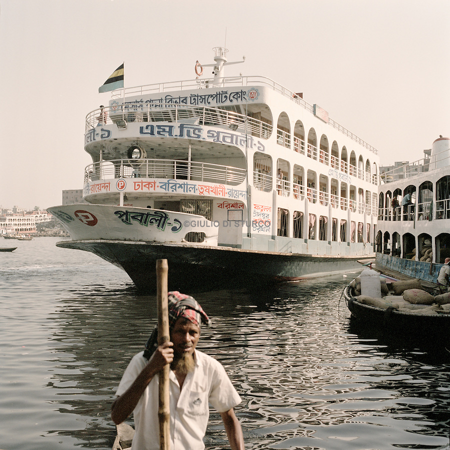 Dhaka Horbour.<br />The waters in the harbor have completely died out due to heavy pollution and toxins.