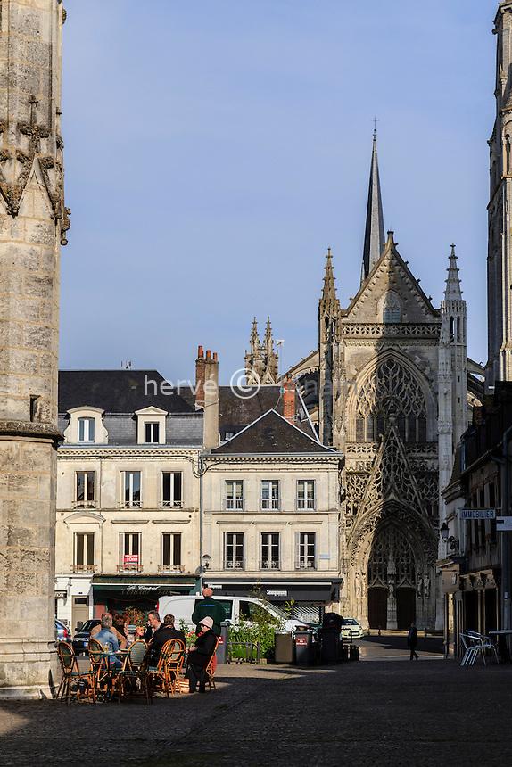 France, Loir-et-Cher (41), Vendôme, la place Saint-Martin et l'abbatiale // France, Loir et Cher, Vendome, Saint Martin Square and the abbey
