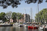 Boten in de haven van Enkhuizen. Op de achtergrond het station