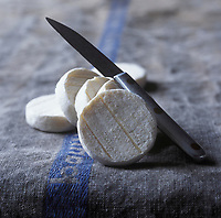 Europe/France/Midi-Pyrénées/Lot: AOC Rocamadour, Fromage de Chêvre - Stylisme : Valérie LHOMME //  France, Lot, AOC Rocamadour, goats cheese (food stylist Valerie LHOMME)