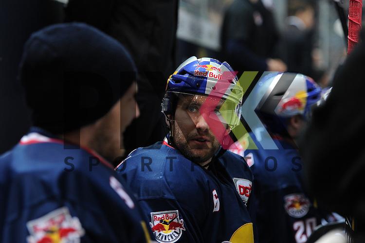Eishockey, DEL, EHC Red Bull M&uuml;nchen - Eisb&auml;ren Berlin. <br /> <br /> Im Bild Daryl BOYLE (6) (EHC Red Bull M&uuml;nchen) im Smaltalk auf der Bank mit Florian HARDY (51) (EHC Red Bull M&uuml;nchen). <br /> <br /> Foto &copy; P-I-X.org *** Foto ist honorarpflichtig! *** Auf Anfrage in hoeherer Qualitaet/Aufloesung. Belegexemplar erbeten. Veroeffentlichung ausschliesslich fuer journalistisch-publizistische Zwecke. For editorial use only.