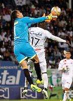 MANIZALES - COLOMBIA -17-10-2016: Jhonier Viveros (Der.) jugador de Once Caldas, disputa el balón con Diego Novoa (Izq.) portero de La Equidad, , durante partido Once Caldas y La Equidad, por la fecha 16 de la Liga de Aguila II 2016 en el estadio Palogrande en la ciudad de Manizales. / Jhonier Viveros (R) player of Once Caldas, figths the ball with con Diego Novoa (L) goalkeeper of La Equidad, during a match Once Caldas and La Equidad, for date 16 of the Liga de Aguila II 2016 at the Palogrande stadium in Manizales city. Photo: VizzorImage  / Santiago Osorio / Cont.