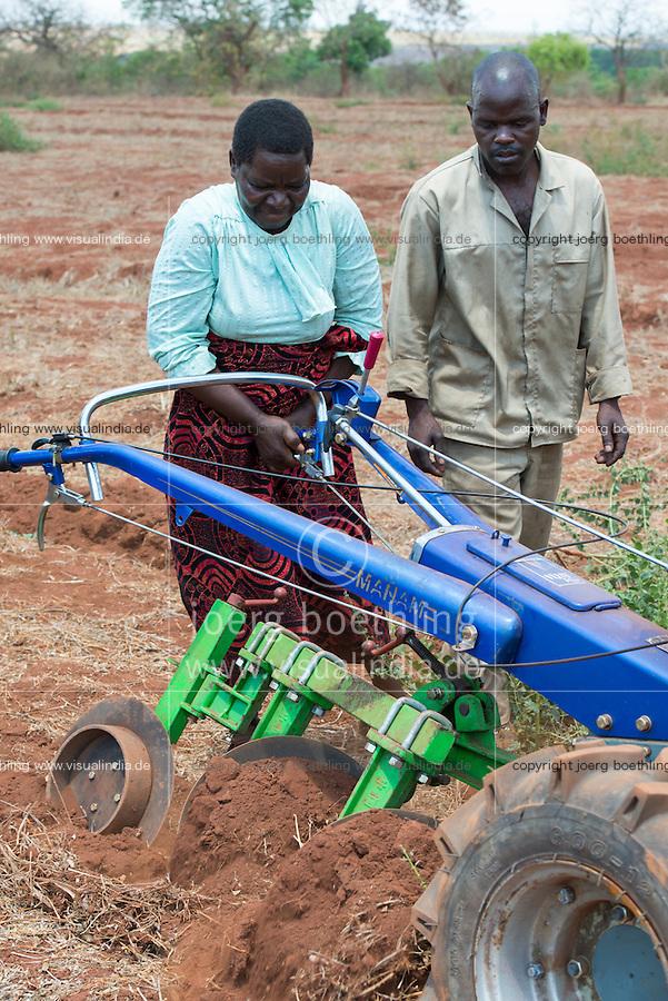 MALAWI, Lilongwe, hand tractor training for women small scale  farmer / MALAWI, Lilongwe, GIZ Projekt gruene Innovationszentren, Handtraktor Training fuer Kleinbauern am Natural Resources College NRC, Farmerin Grace Matumola, 48, aus Dorf Jumpha