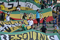 ARMENIA -COLOMBIA-11-05-2014. Hinchas del Quindio muestran su respaldo a su equipo durante el encuentro entre Deportes Quindio y América de Cali por la fecha 18 del Torneo Postobón I 2014 jugado en el estadio Centenario de la ciudad de Armenia./ Fans of Quindio show their suppor ti their team during match between Deportes Quindio and America de Cali for the 18th date of Postobon Tournament I 2014 played at Centenario stadium in Armenia city. Photo: VizzorImage/ Gabriel Aponte / Staff