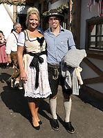 FUSSBALL   1. BUNDESLIGA   SAISON 2011/2012    Die Mannschaft des FC Bayern Muenchen besucht das Oktoberfest am 02.10.2011 Philipp Lahm mit Frau Claudia (FC Bayern Muenchen)