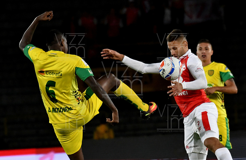 BOGOTA - COLOMBIA, 22-04-2018: Brayan Fernandez (Der.) jugador de Independiente Santa Fe, disputa el balón con Dayron Mosquera (Izq.) jugador de Leones F. C., durante partido de la fecha 17 entre Independiente Santa Fe y Leones F. C., por la Liga Aguila I 2018, en el estadio Nemesio Camacho El Campin de la ciudad de Bogota. / Brayan Fernandez (R) player of Independiente Santa Fe struggles for the ball with Dayron Mosquera (L) player of Leones F. C., during a match of the 17th date between Independiente Santa Fe and Leones F. C., for the Liga Aguila I 2018 at the Nemesio Camacho El Campin Stadium in Bogota city, Photo: VizzorImage / Luis Ramirez / Staff.