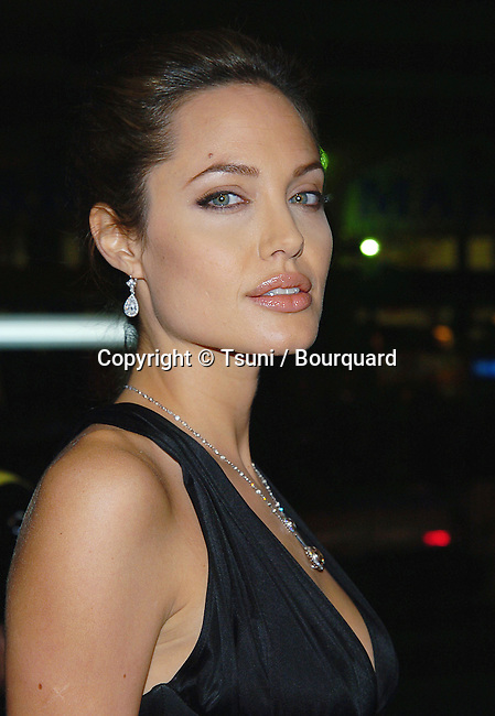 Anjelina Jolie arriving Alexander Premiere at the Chinese Theatre in Los Angeless. November 16, 2004.