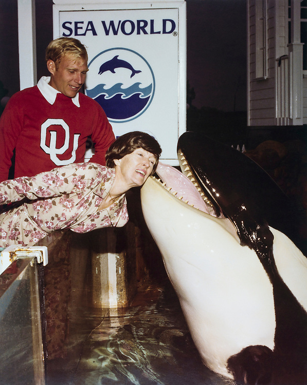 Rep. G. William Whitehurst, R-Va., with wife at Sea World. (Photo by CQ Roll Call)