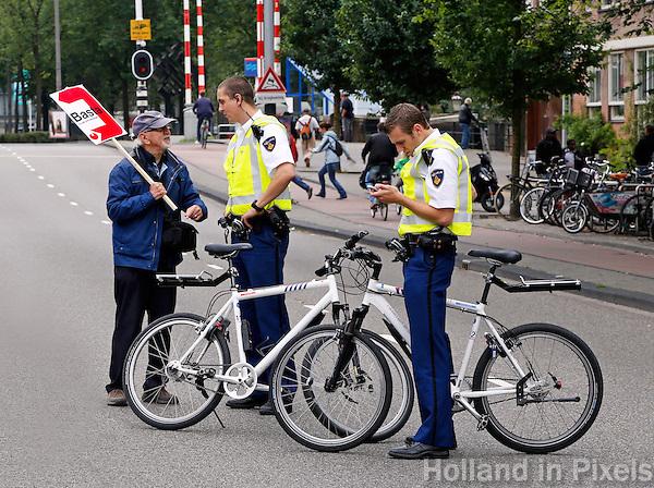 Overleg met de politie tijdens een protestmars