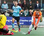 WASSENAAR - Hoofdklasse hockey heren, HGC-Bloemendaal (0-5)  . Floris Wortelboer (Bldaal) ziet zijn schot gekeerd worden door HGC keeper Sam van der Ven. midden Tristan Algera (HGC)      COPYRIGHT KOEN SUYK