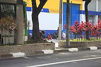 SAO PAULO, SP, 06 DE JANEIRO DE 2012 - CRACOLANDIA - Frequentadores da Cracolandia sao vistos na Avenida Rio Branco,  bairro de Campos Eliseos, centro da cidade, nesta manha de sexta-feira (06), apos serem expusos das Ruas Helvetia e Alemeda Dino Bueno. Foto Ricardo Lou - News Free