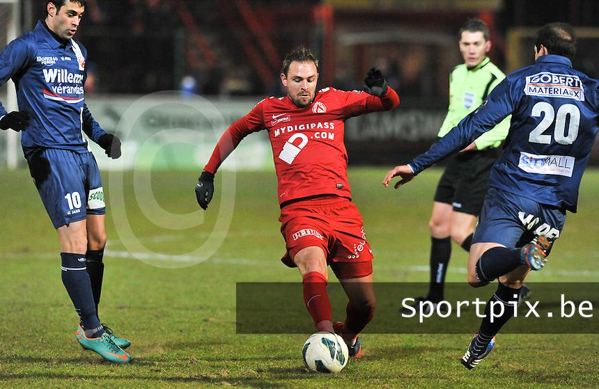 KV Kortrijk - RAEC Mons Bergen : Baptiste Martin aan de bal voor de aanstormende Gregory Lorenzi (rechts).foto VDB / BART VANDENBROUCKE