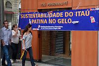 SAO PAULO, SP, 11 MAIO DE 2012 - ATO CONTRA DEMISSÕES - BANCO ITAU - Funcionários e sindicatos realizam ato contra as demissões que vem sido aplicadas no Banco Itau desde fusão com o Unibanco, que ocorreu em 2008, mesmo com o banco tendo lucros nos primeiros três primeiros meses de 2012 o Itau pagou todas as suas despesas com tributos, funcionários, entre outros e ainda fiocu com R$ 3,426 bilhões. Bancos da agencia Itau estão com faixa na tarde desta sexta-feira (11),Praça do Patriarca na região central de São Paulo.(FOTOS: AMAURI NEHN/BRAZIL PHOTO PRESS)