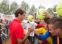 16-09-12, Netherlands, Amsterdam, Tennis, Daviscup Netherlands-Suisse, Roger Federer signs autographs
