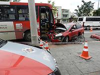 SAO PAULO - SP - 29 DE MAIO DE 2013 -  ACIDENTE TRANSITO - Acidente de transito envolvendo um carro e um ônibus na Avenida Alcantara Machado, 360 , regiao central de São Paulo nesta quarta-feira, 29. Ninguem ficou ferido. FOTO: MAURICIO CAMARGO / BRAZIL PHOTO PRESS.