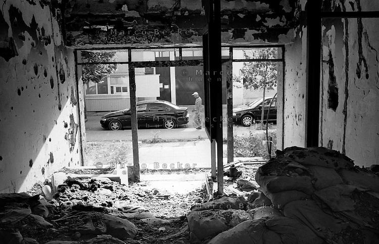 Mostar, interno di un edificio danneggiato, luogo di battaglia durante la guerra --- Mostar, interior of a ruined building, battleground during the war
