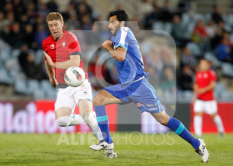 Getafe's Daniel Gonzalez Guiza (r) and Osasuna's Sergio Fernandez during La Liga match.October 26,2011. (ALTERPHOTOS/Acero)