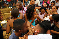 ATEN&Ccedil;&Atilde;O EDITOR: FOTO EMBARGADA PARA VE&Iacute;CULOS INTERNACIONAIS. - RIO DE JANEIRO,OLIMDA, 11 DE SETEMBRO DE 2012- ENTERRO V&Iacute;TMAS DA  CHACINA NA  COMUNIDADE DA  CHATUBA- As  seis  v&iacute;timas da chacina no &uacute;ltimo s&aacute;bado (8) por  marginais  da  comunidade da  Chatuba, foram  enterradas no in&iacute;cio da  tarde desta ter&ccedil;a-feira  no Cemit&eacute;rio de Ol&iacute;mda,Baixada  Fluminense<br /> ( GUTO MAIA / BRAZIL PHOTO PRESS )