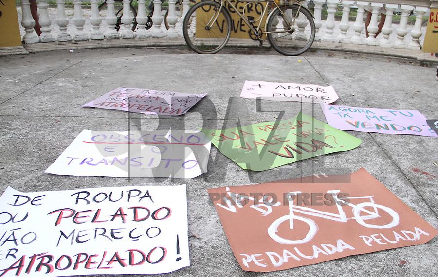 """RECIFE-PE-05.03.2016- PEDALADA PELADA-PE- O Pedalada Pelada tem como objetivo """"protestar contra os efeitos negativos de petróleo, automóveis e energias não-renováveis"""", além de """"descriminalizar e aceitar a nudez do corpo humano em suas diversas formas. Centro do Recife , neste sábado,05. (Foto: Jean Nunes/Brazil Photo Press)"""